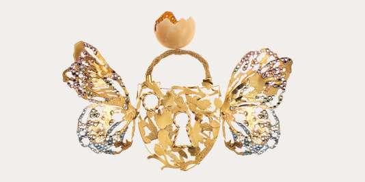 Broche Schiaparelli haute couture, collection printemps-été 2016. Laiton doré à l'or fin et cristaux.