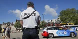 Un policier sécurise le passage du tour de France à Limoges, le 6 juillet 2016.