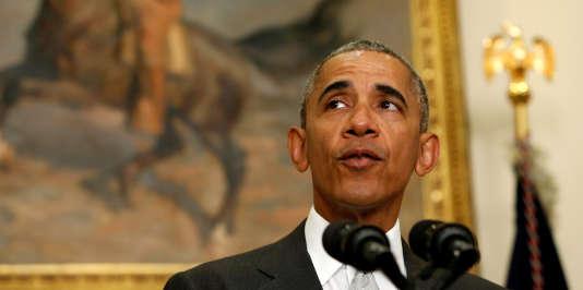Le président américain Barack Obama, lors d'une déclaration depuis la Maison Blanche, en présence du chef du Pentagone, Ashton Carter et du chef d'état-major interarmées, le général Joe Dunford, le mercredi 6 juillet.