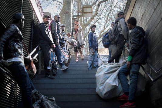 A Besos-Mar, dans le nord-est de la ville, des vendeurs de rue attendent que la police quitte le quartier avant de reprendre leur activité.