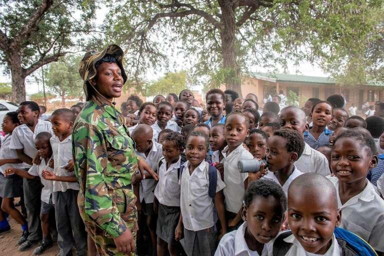 La Black Mamba Nkatelo Mzimba fait de la sensibilisation sur l'environnementauprès des écoliers.