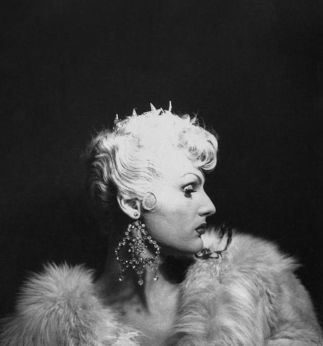 Guilda, travesti, extrait d'unesérie de trois photographies, New York, États- Unis, vers 1950.
