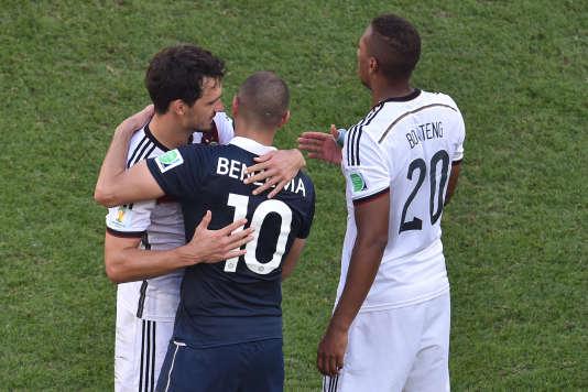 Benzema consolé par Mats Hummels, en 2014.