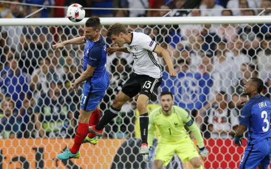 Les Allemands n'ont réussi que 6 centres sur 28 face à la France, jeudi soir, en demi-finale de l'Euro, à Marseille. Ici, Koscielny devance Müller.(AP Photo/Michael Probst)