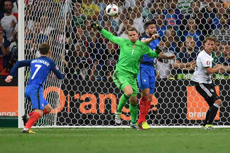 Sur le deuxième but, le gardien allemand Manuel Neuer a mal renvoyé un ballon sur un centre de Paul Pogba.Griezmann s'est montré opportuniste et plein de sang-froid pour marquer de la semelle du pied gauche.