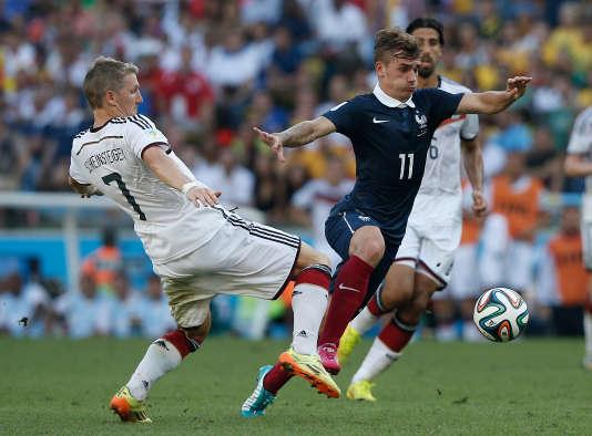 L'AllemandBastian Schweinsteiger face à Antoine Griezmann lors du quart de finale de la Coupe du monde 2014 que la Mannschaft a remporté (1-0).