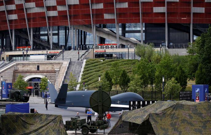 Un drone de l'OTAN, devant le stade de Varsovie, le 6 juillet