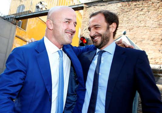 Les deux journalistes italiens, Gianluigi Nuzzi (à gauche) etEmiliano Fittipaldi (à droite), apprennent leur acquittement, au Vatican, à Rome, le 7 juillet 2016.