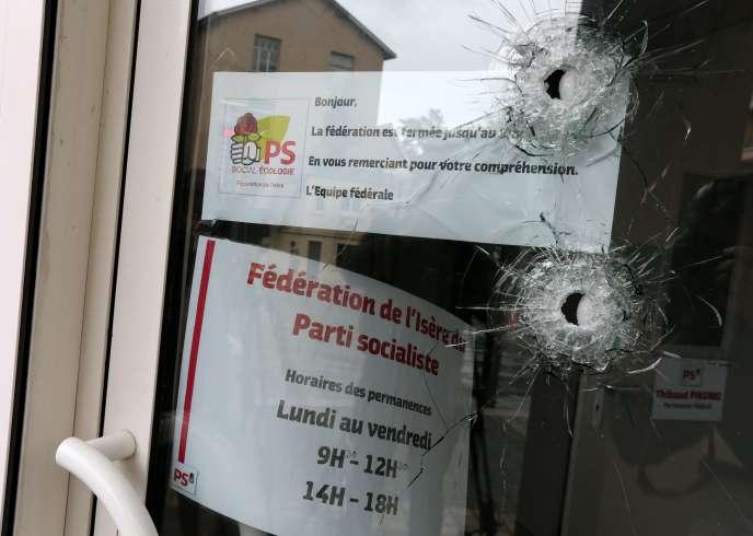 Des impacts de balle dans une vitrine de la permanence socialiste à Grenoble, rue Nicolas-Chorier.