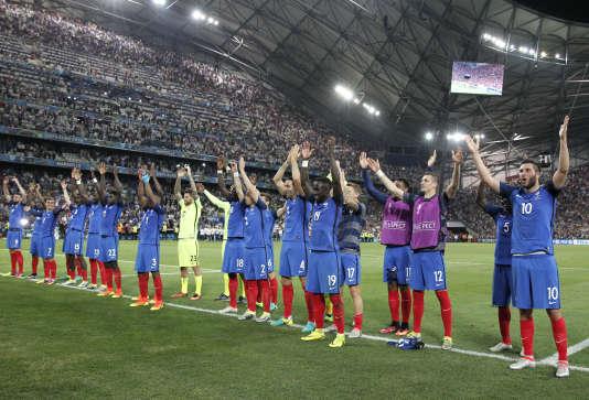 Les Bleus saluent le public du Vélodrome après la qualification face à l'Allemagne.