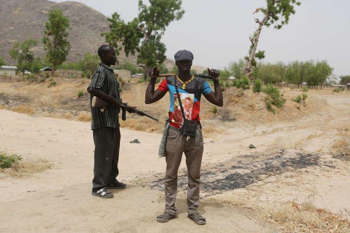 Des membres d'un« comité de vigilance» composé de civils qui appuient les soldats pour sécuriser les quartiers des villes et des villages contre la menace de Boko Haram.