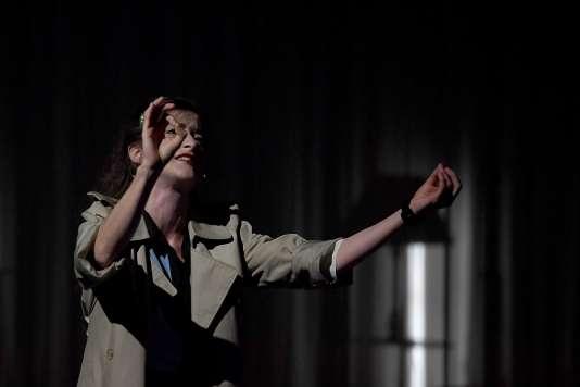 La comédienne Noémie Gantier du collectif «Si vous pouviez lécher mon cœur» durant les répétitions de «2666» mis en scène par Julien Gosselin, à Avignon, le 6 juillet 2016.