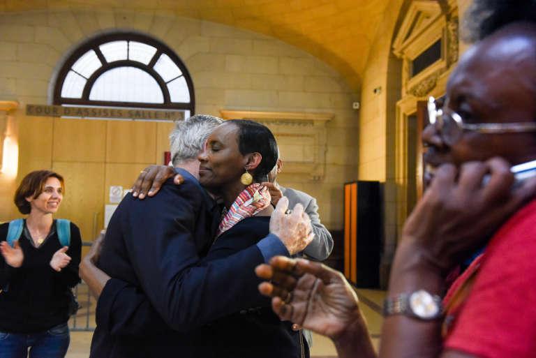 Après l'énoncé du verdict, Alain et Dafroza Gauthier, du Collectif des parties civiles pour le Rwanda, à Paris, le 6 juillet 2016.