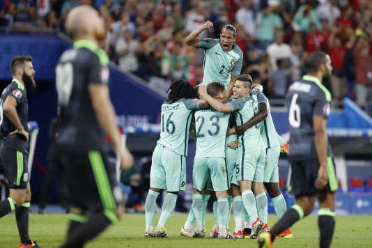 Bruno Alves et ses coéquipiers après le deuxième but du Portugal face au Pays de Galles, mercredi 6 juillet,à Lyon.