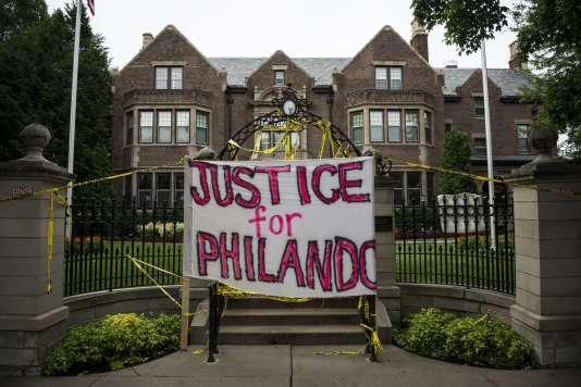 Une pancarte« justice pour Philando» devant la maison du gouverneur du Minnesota, le 7 juillet 2016.