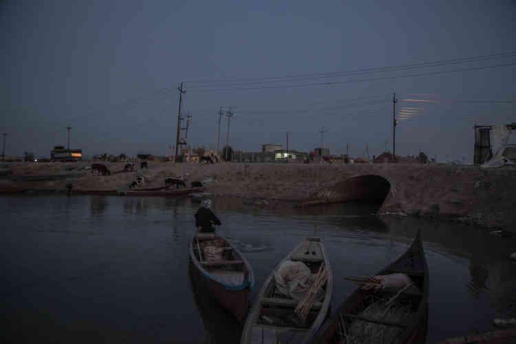 Les canaux traversent Choubaich. Les habitants qui vivent en ville laissent leur barque devant l'entrée de leur maison.