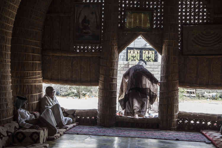 A Choubaich, les hommes se réunissent dans les moudhif (« maison d'hôte») matin et soir. Ces imposantes bâtisses, aux structures et motifs traditionnels sumériens, sont faites de roseaux et palmes tissés. Il faut l'aide detous les hommes du village pour ériger les plus grands.