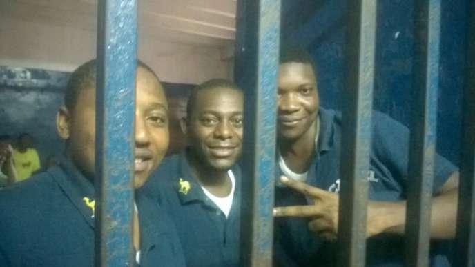 Marcel Héritier Kapitene (à gauche) au cachot du parquet de la Gombeavec ses codétenus,Bienvenue Matumo au centre et Victor Tesongodan. Kinshasa, 19 février 2016.