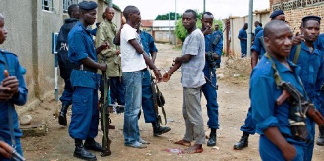 Des policiers burundais arrêtent deux hommes dans la banlieue de Bujumbura, le 10 janvier 2016.