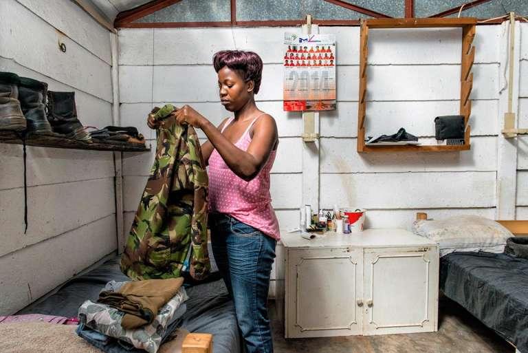 La Black Mamba Belinda Mzimba. Les femmes rangers alternent mission de patrouille de trois semaines loin de leur famille et pause de dix jours à la maison.