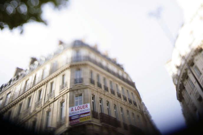 Photo prise le 11 septembre 2006 à Paris, d'un panneau d'une agence immobilière indiquant que des bureaux sont à louer.
