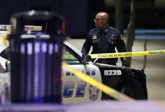 Le suspect«en voulait aux Blancs, a dit qu'il voulait tuer des Blancs, en particulier des policiers blancs», a déclaré David Brown, le chef de la police de Dallas.
