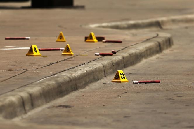 Sur les lieux de la fusillade qui a coûté la vie à cinq policiers, jeudi 7 juillet, à Dallas au Texas.
