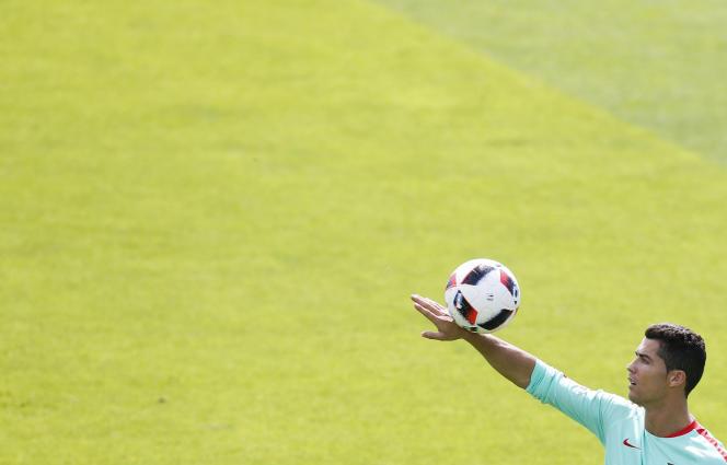 Cristiano Ronaldo et un ballon, à Marcoussis, pendant l'Euro 2016 en France