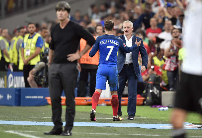 Didier Deschamps avec Antoine Griezmann, jeudi 7 juillet, au Stade-Vélodrome. Au premier plan, le sélectionneur allemand Joachim Löw.