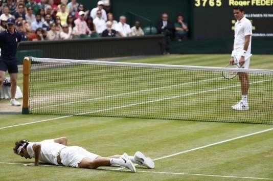 Non, Roger Federer ne s'est pas infligé une série de pompes en pleine demi-finale. Il a simplement été victime d'une vilaine chute.