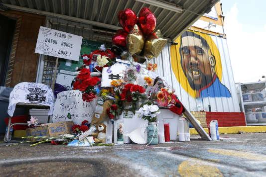 Memorial improvisé sur les lieux de la mort d'Alton Sterling, victime d'une bavure policière,le 5 juillet, à Bâton-Rouge (Louisiane).
