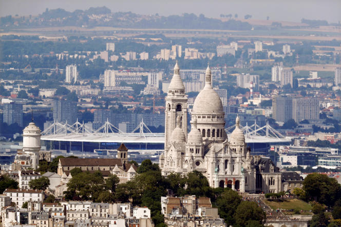 La basilique du Sacré Coeur et le Stade de France.