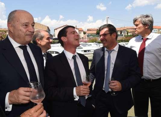 Jean-Michel Baylet, Manuel Valls, Eric Ménassi, maire de Trèbes, et Stéphane Le Foll, près du Canal du Midi, le 8 juillet.