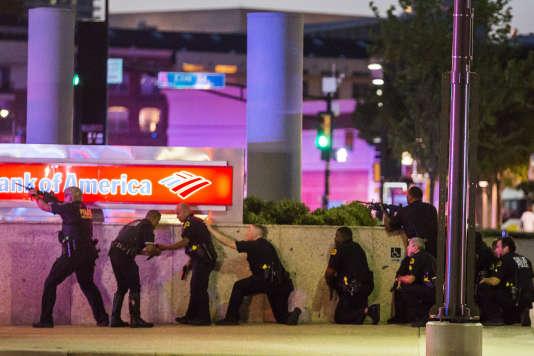 La police de Dallas riposte aux tirs en marge du rassemblement de protestation contre les violences policières, le7juillet.