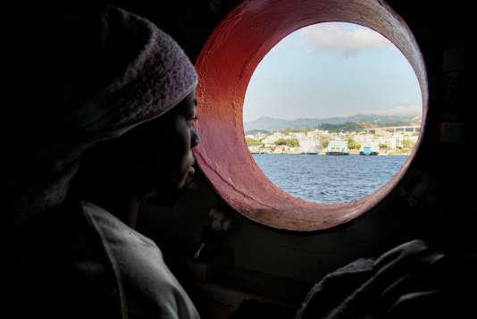 Une migrante secourue à bord du vaisseau «Aquarius» arrive au port de Messine en Sicile, le 25 juin.