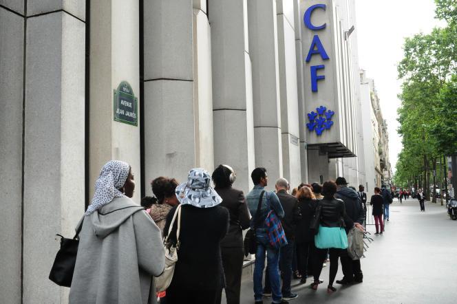 File d'attente à l'extérieur de la CAF de Paris, le 30 juin.