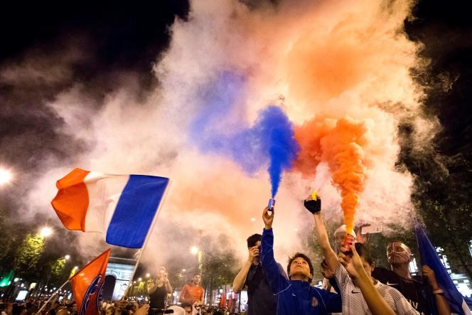 Des supporteurs français sur les Champs-Elysées après la victorie face à l'Allemagne.
