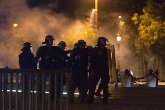 Heurts entre policiers et supporteurs sur les Champs-Elysées après la victoire de la France sur l'Allemagne en demi-finale de l'Euro, le 7 juillet.