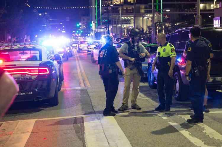 Des barricades ont été installées dans le centre-ville de Dallas après les premiers tirs.
