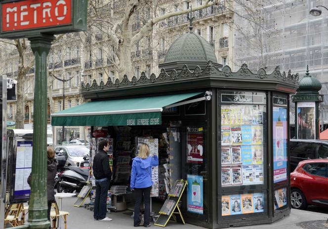 Un kiosque à Paris, le 16 avril 2013.
