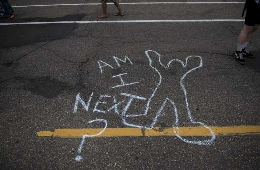 «Suis-je le prochain» écrit sur le sol à St Paul, Minnesota