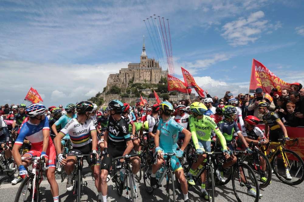 C'est dans un décor grandiose que la 103e Grande Boucle a démarré. Avec le Mont-Saint-Michel en arrière plan, 198 coureurs prennent le départ pour trois semaines de course. Ils seront 170 à l'arrivée sur les Champs-Elysées.