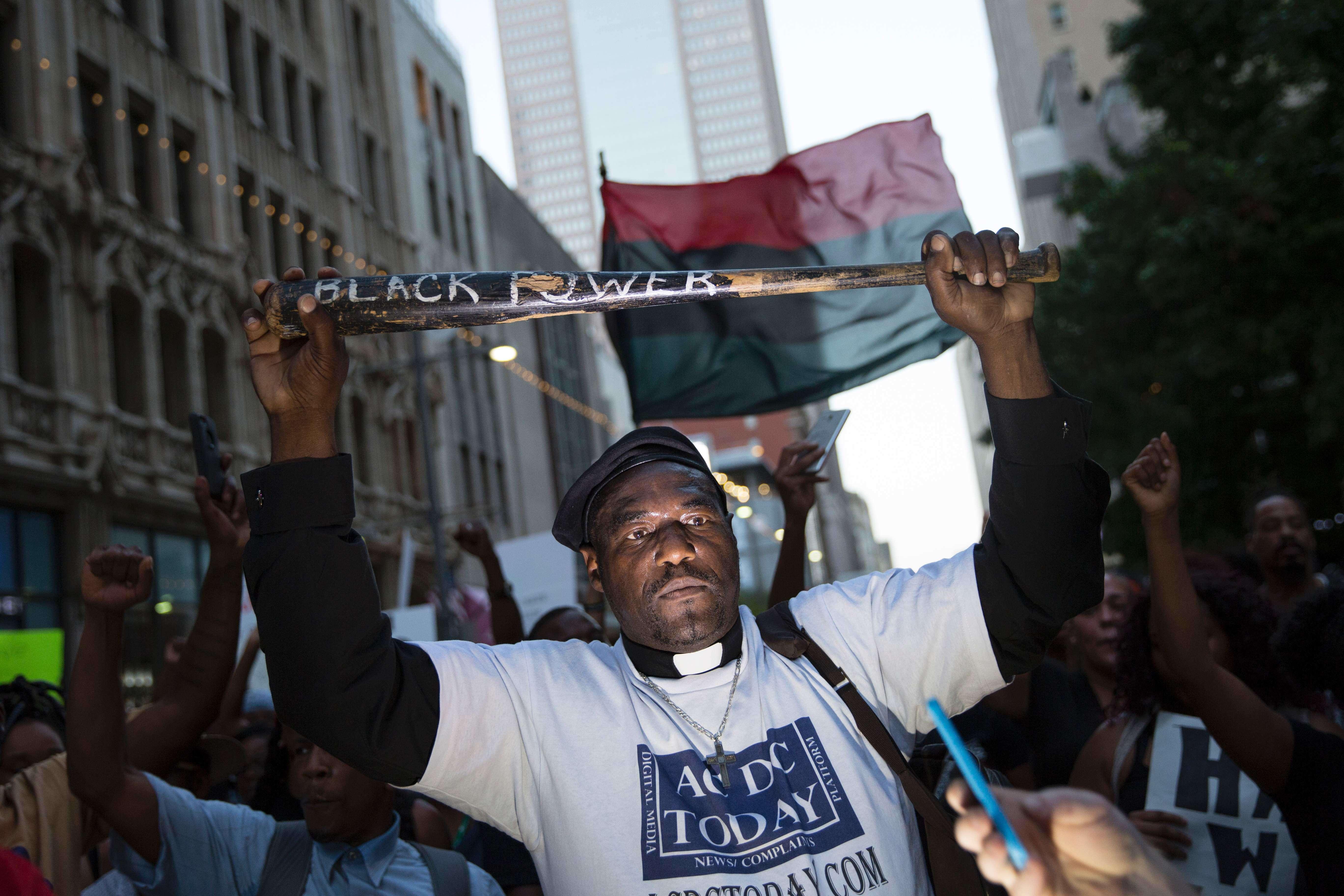 Le 7 juillet 2016, lors de la manifestation contre les violences policières organisée à Dallas, un homme porte une banderole sur laquelle est écrit« Black power».
