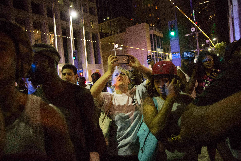 La manifestation pacifique rassemblait plusieurs centaines de personnes dans le centre-ville deDallaspour dénoncer les violences policières après la mort de deux Noirs, abattus par des policiers blancs à Bâton-Rouge, en Louisiane, et Minneapolis, dans le Minnesota.