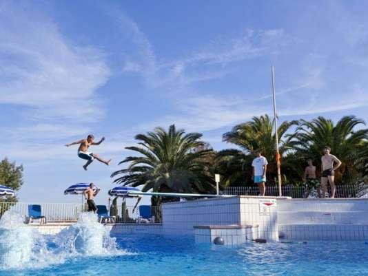Piscines à vagues et plongeoir à Saint-Raphaël : l'idéal pour les enfants.