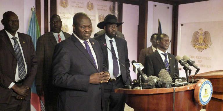 Le vice-président du Soudan du Sud Riek Machar (gauche) et le président du président Soudan du Sud Salva Kiir (centre), entourés d'autres représentants du gouvernement, lors d'une conférence de presse, à Juba, le 8 juillet 2016.