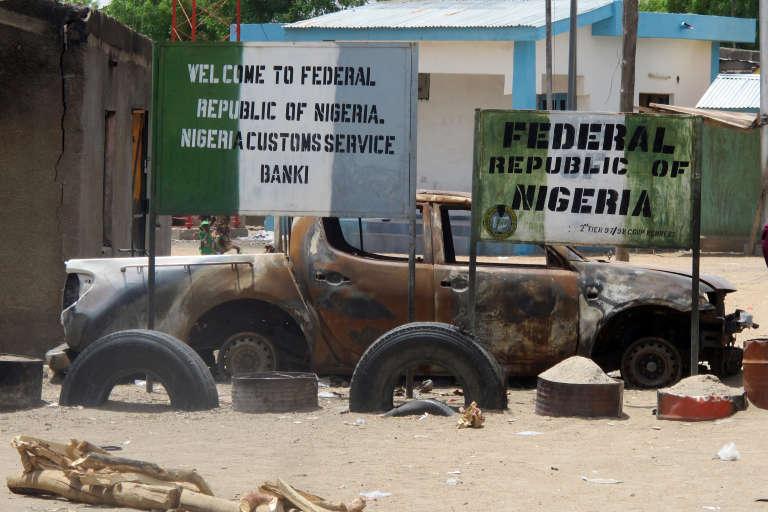 L'entrée de la ville fantôme de Banki, au Nigeria, à la frontière du Cameroun. Pas âme qui vive sauf 20 000 déplacés dans un des quartiers de la ville, qui meurent chaque jour de faim et de maladie.