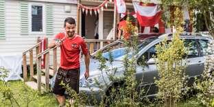 «Ce site, autrefois plutôt tristounet avec ses emplacements de parking réservés aux camping-cars, vient d'être revégétalisé et rénové de fond en comble, pour en faire un vrai « village » dans les bois» (Photo: un supporteur de l'équipe autrichienne de footballle 22 juin).