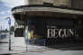 Un graffiti sur la façade d'un cinéma désaffecté de Port Talbot : « Ça a commencé… »
