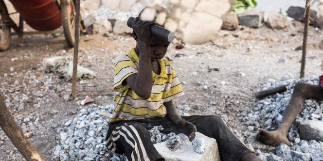 Un jeune garçon brisant la pierre dans la carrière de Passy, près de Ouagadougou,le 21 décembre 2015